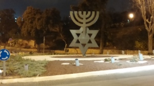 המנורה בפתח הכנסת