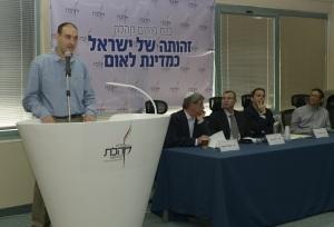 """מושב ראשון: (משמאל לימין) ד""""ר הראל ארנון, ישראל הראל, ח""""כ יריב לוין, ד""""ר עמיחי מגן, ד""""ר אסף מלאך. קרדיט צילום: פורום קהלת"""