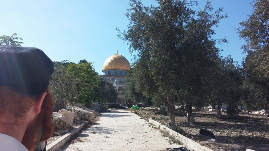 מול מקום המקדש.