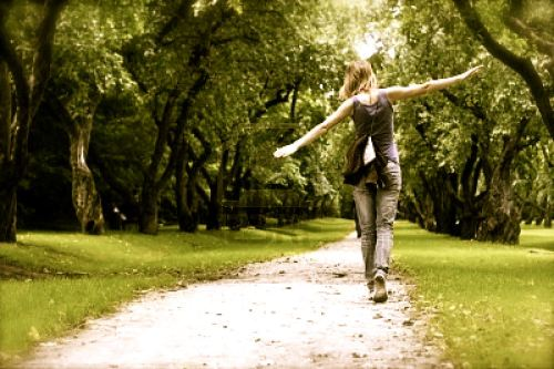freespirit-woman-walking-on-path5