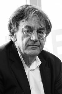 אלן פינקלקראוט - ראה את האבסורד מבעד לערפל הפולחן הדמוקרטי של דת זכויות האדם.
