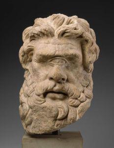 מסכה של ציקלופ - ממוזיאון האומנות בבוסטון כך תאר אותם הומרוס, האודיסאה, שיר תשיעי: אֶרֶץ עַם-הַקִּיקְלוֹפִּים הַזֵּדִים הַמְתַעֲבִים-מִשְׁפָּט... כַּפָּם לֹא תִטַּע נְטָעִים וְחָרוֹשׁ לֹא יַחְרְשׁוּ לְעוֹלָם, לֹא נִזְרְעָה וְלֹא נֶחְרְשָׁה הָאֲדָמָה...וְהֵמָּה יוֹשְׁבִים עַל-פִּסְגוֹת הֶהָרִים הָרָמִים בִּמְעָרוֹת- הָרִים גְּדוֹלוֹת, אִישׁ אִישׁ הַיָּשָׁר בְּעֵינָיו גַּם יַעֲשֶׂה, שׂוֹרֵר בְּאִשְׁתּוֹ וּבְבָנָיו ולֹא יִדְאַג לְאָחֵר זוּלָתוֹ.