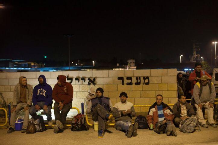 פלסטינים במעבר אייל, ב-2013. מוטי מילרוד