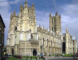 בימי הביניים הקתדרלה הייתה אתר מושקע בלי שום פרופורציה לאתרים אחרים - היא ייצגה את האידיאל ואת נקודת המגע שלו עם 'המצוי', היא המונארכיה, וכל שסביב לה הוא האימפריה. קתדרלת קנטרברי - בריטניה