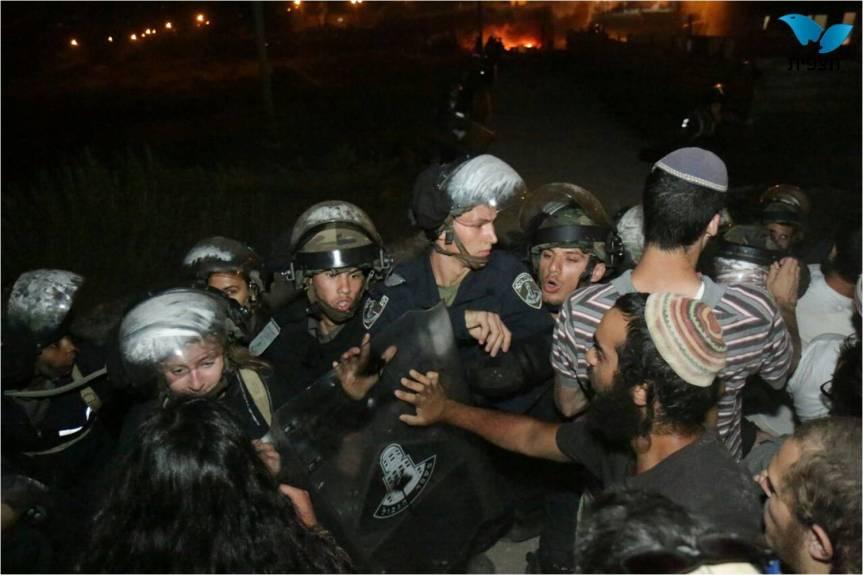מתנחלים מול כוחות הביטחון.