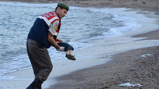איילין כורדי בידי כוחות משמר החוף הטורקי