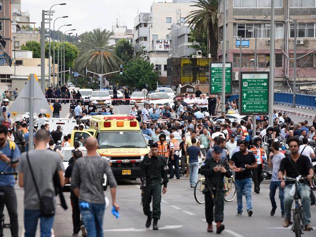 פיגוע הדקירה בתל אביב. הקו הירוק נחצה. (צילום: ראובן קסטרו)