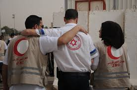 """מתנדבי הסהר האדום עם מתנדב מד""""א. מי מוסרי יותר?"""