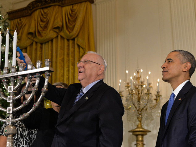 ריבלין מדליק נרות חנוכה עם אובמה. קצת כבוד והוא איבד כל יושרה