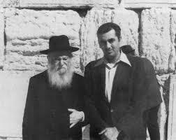 הרב צבי יהודה הכהן קוק עם הרב מאיר כהנא. החרכים באידיאולוגיה של אחד הם נקודות הפרצה של השני